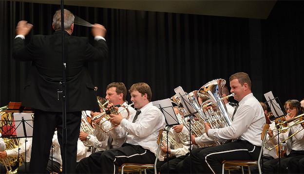 Blasmusikanten in weissen Hemden während eines Konzerts.