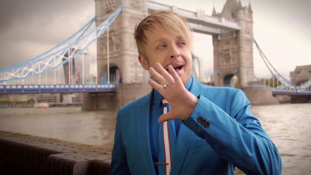 Ross Antony mit Londoner Tower Bridge im Hintergrund