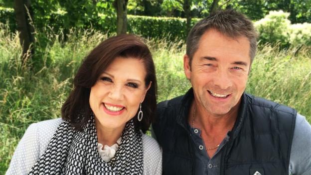 Gilbert mit Maja Brunner im Garten von Radio SRF.