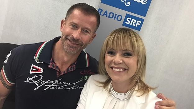 Selfie von Leonard und Francine Jordi im Studio von SRF Musikwelle.