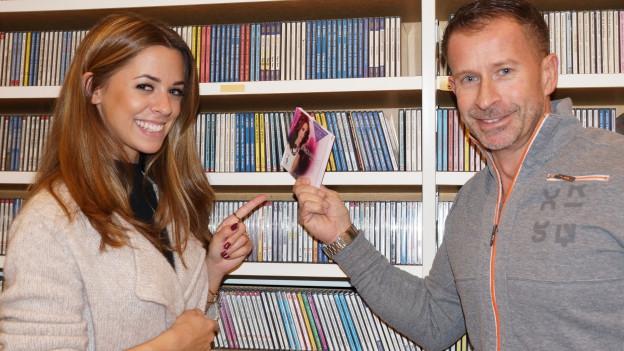 Vanessa Mai mit Leonard vor CD-Regal.