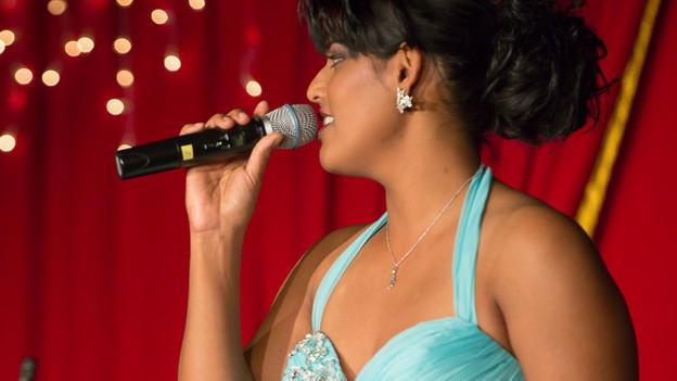 Sarah Jane mit Mikrophon am Lachner Weihnachtszauber.