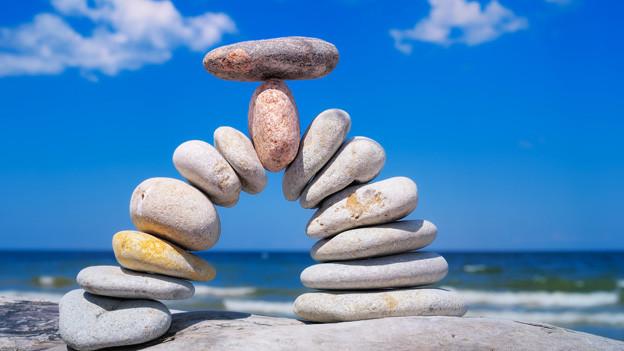 Ein Halbkreis aus aufeinandergetürmten Steinen.