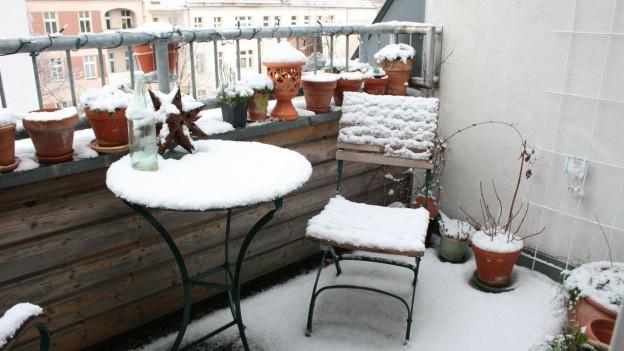 verschneiter Balkon.