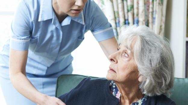 Seniorin wird von Pflegefachfrau unwirsch angegriffen.