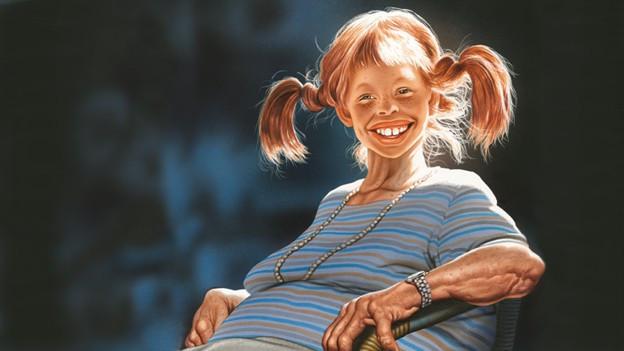 Pippi Langstrumpf mit roten Zöpfen, breitem Grinsen aber faltigem Hals und dickem Bauch.