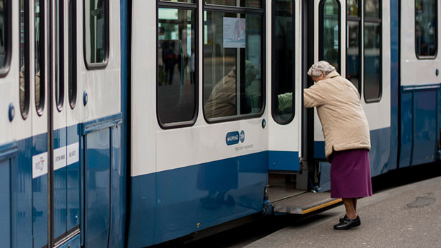 Alte Frau besteigt ein Tram der VBZ.