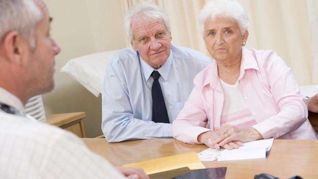 Seniorenpaar während einer Beratung.