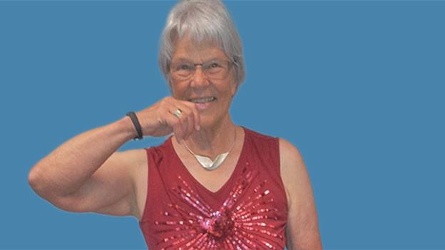 Marlies Wegmüller faltet die Hände vor ihrem Brustkorb.