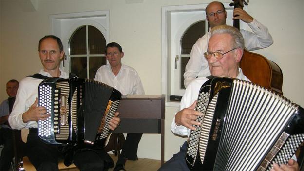 Eine Musikformation während eines Auftritts in einer Gaststube.