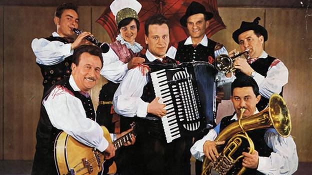 Plattencover mit dem Akkordeonisten sowie Musikanten und Sängerinnen seiner Formation.