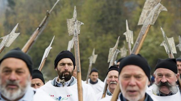 Darsteller in historischen Kostümen.