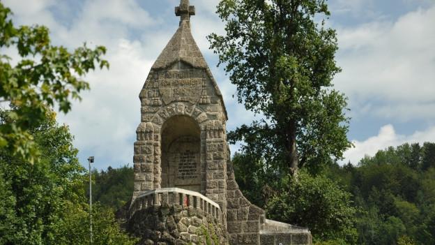 Panoramabild vom ehemaligen Standort der Schlacht am Morgarten mit Gedenkstein.