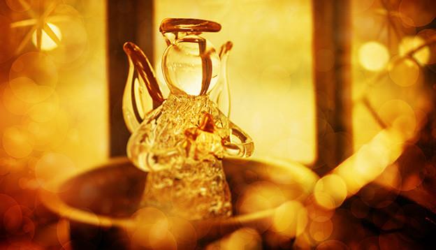 Ein Engel aus Glas im goldenen Licht.