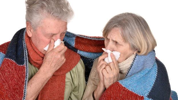 Zwei ältere Leute sind krank.