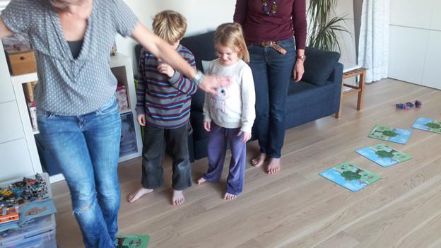 Oma und ihre Enkelkinder spielen «Frechmax» im Kinderzimmer.