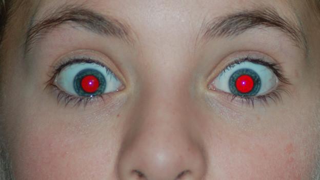Mädchen mit Rote Augen Effekt.