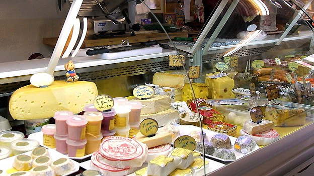 Käsetheke in einem Kaufhaus.