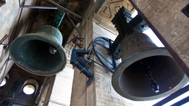 Glocken in einem Glockenturm läuten.
