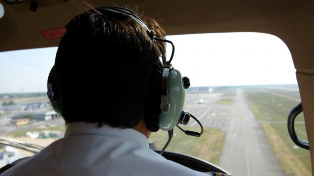 Flugzeug beim Landeanflug auf einen Flughafen.