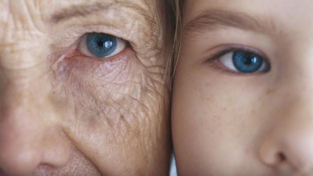 Die Hälfte eines alten und eines jungen Gesichts nebeneinander.