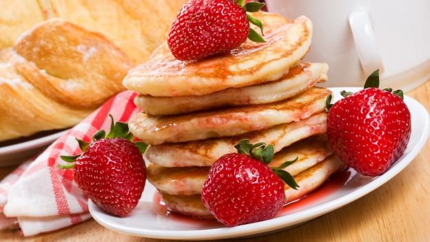Pfannkuchen mit Erdbeeren und Schlagsahne.