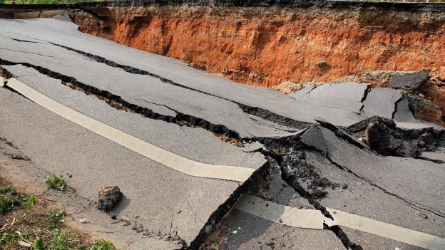 Von Erdbeben zerstörte Strasse.