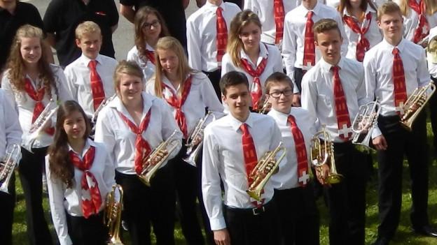 Gruppenbild mit jungen Blasmusikantinnen und -musikanten.
