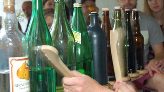 Ein paar verschieden grosse und verschieden farbigbe Flaschen in einer Reihe.