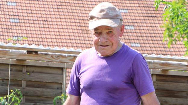 Hans Troxler auf dem Feld bei der Arbeit.