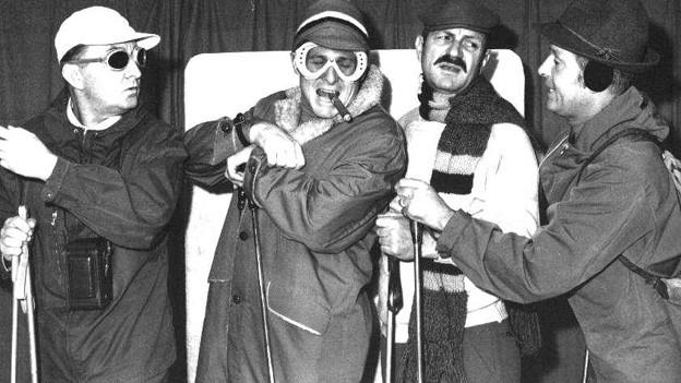 Cabaret Rotstift im Ski-Outfit wild am gestikulieren.