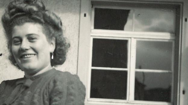 Schwarz-Weiss Fotografie von Gertrud Fischer vor einem Restaurant, in dem sie im Service arbeitete.