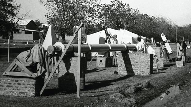 Zelte, Instrumente und weiteres Material in einem Expeditionscamp.