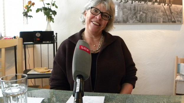 Monika Gmür trägt eine markante, schwarze Brille.