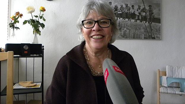 Monika Gmür mit Mikrofon.