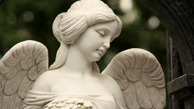 Eine Engelstatue auf einem Friedhof.
