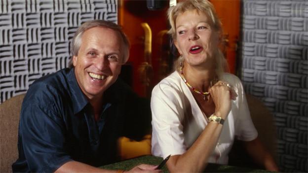 Die beiden Satiriker sitzen für Aufnahmen in einem kleinen Radiostudio.