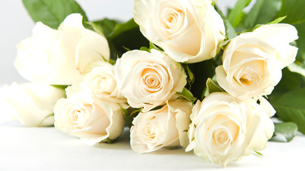 Ein Strauss weisser Rosen.