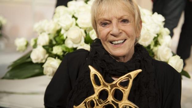 Ursula mit dem Prix Walo Stern in Händen.