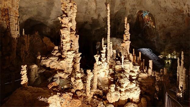 Blick ins Innere einer beeindruckenden Tropfsteinhöhle.