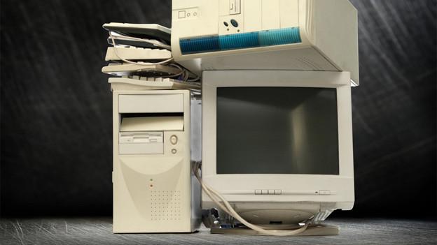 Ein Rechner, eine Tastatur und ein Röhrenbildschirm.