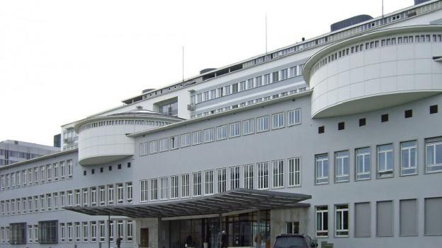 Frontansicht des Unispitals Basel.