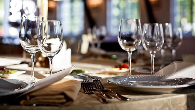 Ein edel gedeckter Tisch in einem Restaurant.