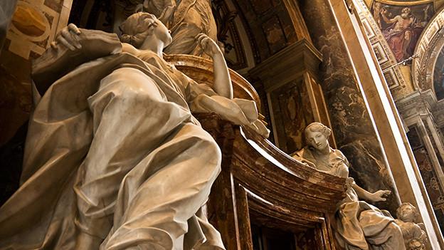 Marmorengel in einer katholischen Kirche.