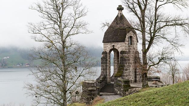 Das Denkmal hat Ähnlichkeiten mit einer kleinen Kapelle.