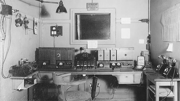 Alte Geräte und Büromöbel in einem Radiostudio der 1920er-Jahre.