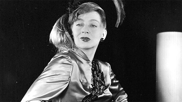 Schwarz-Weiss-Fotografie mit der Kabarettistin während eines Auftritts.