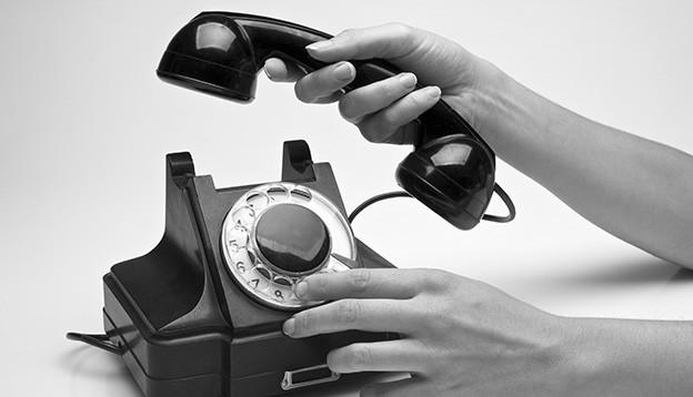 Ein schwarzes Telefon mit Wählscheibe.