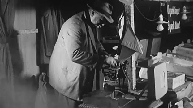 Der Filmausschnitt zeigt den Marroni-Mann beim Abwägen von ein paar Gramm Marroni.