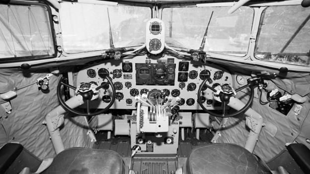 Das Cockpit einer Douglas DC-3 der Swissair.